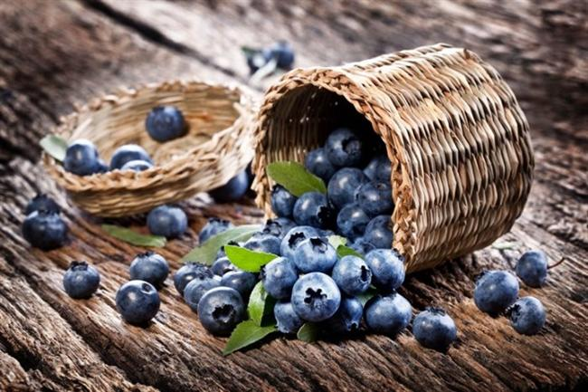 Yaban mersini, flavonoidlerin en iyi kaynaklarından biri olduğundan tüketimine günlük beslenmenizde yer vermenizi şiddetle öneririm.  İngilterede yapılan bir çalışma, bol miktarda yaban mersini tüketiminin hafıza ve öğrenmeyi geliştirebileceğini ortaya çıkarmıştır. Yaban mersini gibi taze kırmızı meyveler; çiftçi pazarlarında, yerel süpermarketlerde ve sağlıklı yiyecek marketlerinde bulunmaktadır.  Sezon dışı aylarda, dondurulmuş taze meyveler besleyici olduğu kadar iyi bir alternatif haline de gelmektedir.