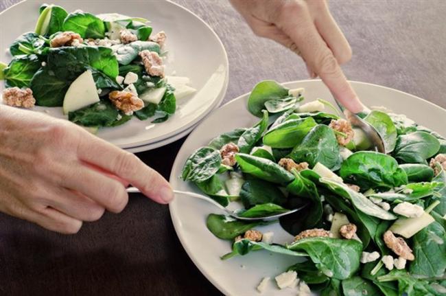 Yeşil Yapraklı Sebzeler:  Ispanak, beyaz lahana, kara lahana, hardal yaprağı ve şalgam gibi yeşil yapraklı sebzeler, hafıza üzerinde doğrudan etkiye sahip olan folatla (ek besin takviyelerinde ve zenginleştirilmiş besinlerde bulunan folik asit, bu besin maddesinin sentetik formudur) yüklüdür.  Boston'daki Tufts Üniversitesi'nde yapılan bir çalışmada, araştırmacılar 3 yıl boyunca 320 erkeği takip etmiş ve kandaki homosistein (yüksek kalp krizi riskiyle ilişkili bir amino asit) düzeylerini takip etmişlerdir.