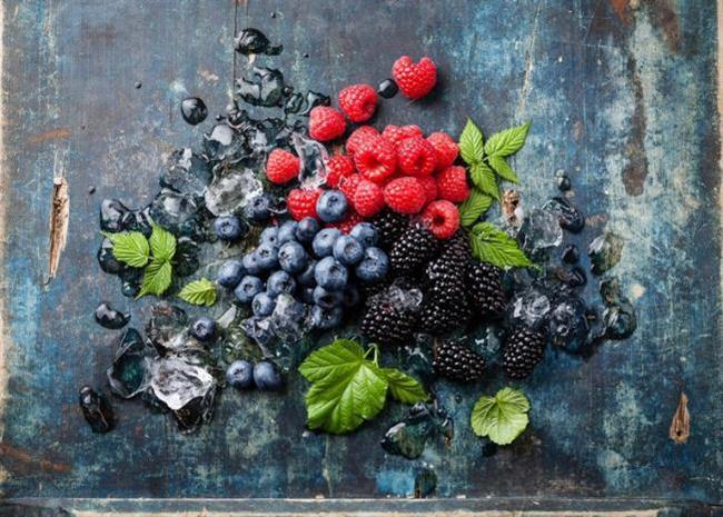 Hafızayı güçlendirmek yani beynin gücünü arttırmak için en iyi besinlerin sıralandığı şu listeye bir göz atın!:  Kırmızı Meyveler:  Kırmızı meyveler diğer meyvelerle karşılaştırıldığında, bazı antioksidanların en yüksek konsantrasyonlarını bünyelerinde barındırırlar ve hepsi beyin hücrelerinin bozulmalarına karşı koruyucu etki gösteren, yararlı antosiyaninler ve flavonollerden (flavonoidlerin alt grubu) zengindir.  Bazı çalışmalar, flavonoidlerden zengin diyetlerin insanlarda hafıza kaybını tersine döndürmede yardımcı olabileceğini ortaya koymuştur.