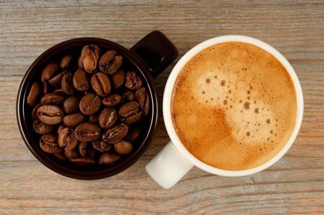 Kahve:  Kahve severler için güzel haberlerim var: yaklaşık 2 yıl önce, Avusturya Innsbruck Üniversitesi'nden araştırmacılar kafeinli kahve içmenin geçici bir süre için, kişinin odaklanmasını ve hafızasını keskinleştirdiğini bulmuşlardır.  Gönüllülere, kafein düzeyleri eşit, yaklaşık 2 fincan kahve verildikten sonra, gönüllerin beyin fonksiyonlarında hafıza da dahil olmak üzere iki yerde bir artış olup olmadığını gözlemlemek için manyetik rezonans görüntüleme kullanıldı,kafein verilmeyen gönüllülerde beyin fonksiyonlarında artma gözükmedi.  Önde gelen nöroloji dergilerinin birinde yayınlanan başka bir çalışmada, kafeinin etkilerinin kadınlarda daha uzun ömürlü olabileceği bulundu. Bu 4 yıllık çalışma, bilişsel fonksiyon, kan basıncı, kolesterol düzeyleri ve damarla ilgili diğer temel değerlendirmelerden geçen 7000 katılımcıyı içermekteydi, araştırmacılar 2 yıl ve 4 yıl sonunda katılımcıları tekrar değerlendirdiklerinde; 65 yaş ve üstü kadınlarda günde 3 fincan kahve içen (veya eşit kafein içeriğinde çay)kadınların, günde 1 fincan veya daha az kahve içen kadınlara göre zaman içerisinde hafıza zayıflamasında 3 kat düşüş olduğu görülmüştür.