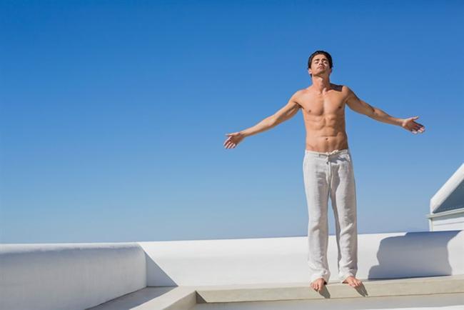 ERKEKLER FORMLARINI KADINLARA ORANLA NEDEN DAHA KOLAY VE UZUN SÜRELİ KORUYABİLİYORLAR?  Bu sorunun cevabı oldukça basit! Vücutta ne kadar kas varsa, bazal metabolizma da bir o kadar hızlı çalışır. Erkekler kaslandıklarında, bazal metabolizmaları da fazla çalışır ve hızla kalori yakarlar. Ancak yaşları ilerledikçe kasları erimeye başlayacağından hatları da yuvarlaklaşacaktır.