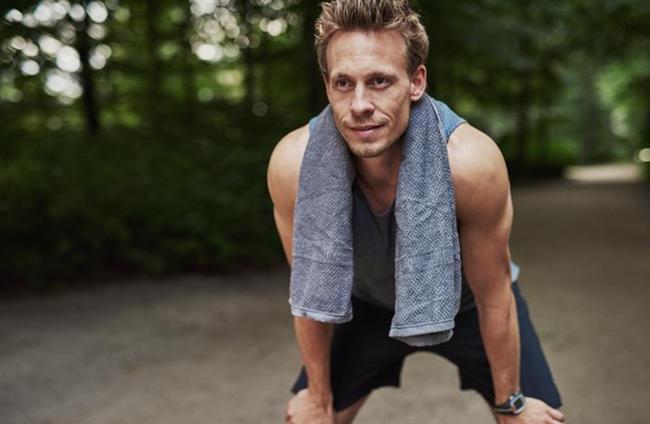NEDEN BAZI ERKEKLERİN GÖĞÜSLERİ VARDIR?  Dr. Sylvain Mimoun'a göre; fazla kilo erkeklerde göğüs çevresinde birikebiliyor. Depolanmış yağ östrojene dönüşüyor. Kadınlık hormonları ise göğüs dokularını harekete geçiriyor. Bu durumda en uygun beslenme düzeni ile kilo kaybedip, hormonal dengeyi yeniden oturtmak gerekiyor. Gerektiğinde birikmiş yağ deposunu kırmak ya da küçük cerrahi girişimlerle yok etmek de mümkün. Bunun yanı sıra erkeklik hormonlarını uyaran bazı spor aktiviteleri de göğüs çevresinde büyümeye neden olabiliyor. Bu kez de, erkeklik hormonlarındaki fazlalık östrojene dönüşerek göğüs oluşumunu tetikleyebiliyor.