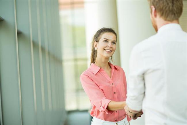 Biriyle el sıkışırken eğer avuç içiniz sıcaksa karşıdaki kişi sizi daha etkileyici bulacaktır.
