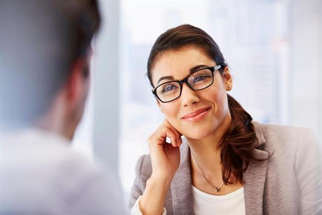 Karşınızdaki kişi sorduğunuz soruya tam cevap vermezse bir süre sessizce bakmaya devam edin.  Bu ona devam etmesi gerektiğini düşündürecektir.