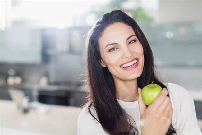 ÖĞÜNLERİNİZİ DENGELEYİN  Yapılan araştırmalara göre her gün aynı miktarda kalori alırsanız, kendinizi daha iyi hissediyor ve yemek yerken pişman olmuyorsunuz. Bazı kişiler bir gün aç kalmayı tercih ederken, ertesi gün yüksek miktarda kalorili yiyecekler tüketiyorlar. Bu da ne yazık ki açlık sınırında sorunlar yaşatıyor. Daha hızlı bir şekilde doymak için öğünlerinizi dengelemeyi unutmayın.