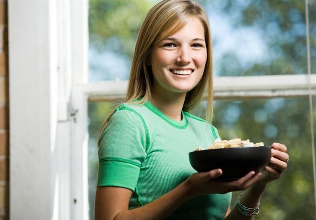 YEDİKLERİNİZİ UNUTMAYIN  Gün boyu yediklerimizi unuttuğumuz için dengesiz bir şekilde besleniyoruz. En son araştırmalardan birine katılan on kadın, 24 saat boyu izlenmiş ve her gün hesapladıklarından yaklaşık 300 kalori daha fazla tükettikleri ortaya çıkmış. Daha sağlıklı bir diyet için kendinize günlük tutabilirsiniz. Her öğünden sonra bir deftere yediklerinizi ve kalorilerini yazarak kendinize bir akıl defteri tutabilirsiniz.