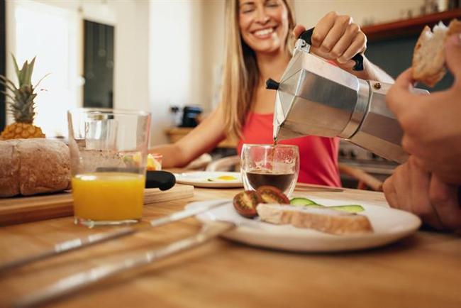 KAHVALTINIZI KRALLAR GİBİ YAPIN  Yapılan bir araştırmaya göre kahvaltıyı es geçenler, geçmeyenlere oranla daha kilolu. Çünkü iyi bir kahvaltı metabolizmamızın hızlı bir şekilde çalışmasını sağlıyor ve kahvaltıda tükettiklerimiz bizi tok tutuyor. Ayrıca gün içerisinde sarf edilen enerji ile de yenileni yakma şansına da sahibiz.