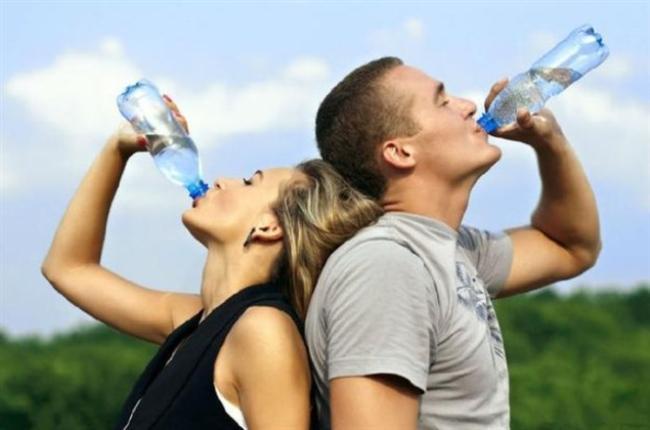 BOL SU İÇİN  Her doktor suyun diyet için olmazsa olmazı olduğunu belirtse de ne yazık ki bazı kadınlar suyun şişkinlik yaptığını düşürdükleri için bundan kaçınıyorlar. Oysa su olmadan böbrekleriniz çalışmıyor ve yardıma karaciğerlerinizi çağırıyor. Oysa karaciğer, yağ yakımında böbrekler kadar etkili değil. Hatta yağı vücutta depolamakta... Bu da kilo almanız için güçlü bir neden.