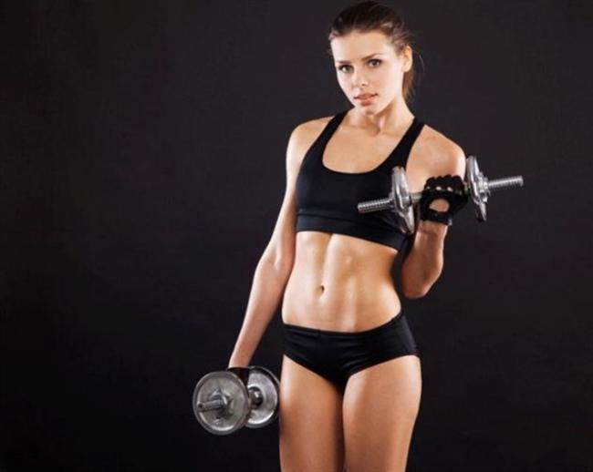 BOL BOL AĞIRLIK KALDIRIN  Evet; spor salonlarında ağırlık kaldıran kadınlara tanıklık ediyoruz ama nedense bu ağırlıklar oldukça hafif oluyor, dolayısıyla da vücutta herhangi bir değişikliğe de neden olmuyor. Eğer vücudunuzun biraz daha kaslı görünmesini istiyorsanız, ağırlığı artırın. Bu şekilde vücudunuzun yağ yaktığını ve metabolizmanızın daha hızlı çalıştığını da unutmayın.