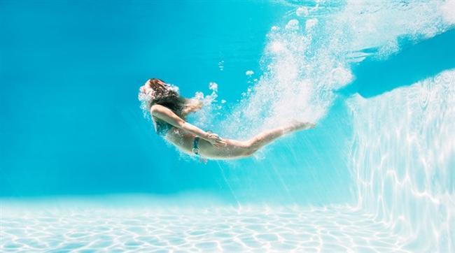 Hedef tatilde kilo vermekse çok hareket edin  Tatilden kilo almadan hatta kilo vererek dönmek istiyorsanız çok hareketli olmanız gerekiyor. Her yemekten belirli bir süre sonra yürüyüş, yüzme, kürek çekme, sörf yapma, bisiklete binme, plaj voleybolu, tenis, dans gibi aktiviteler yapın. Bu aktiviteleri zorunlu bir spor gibi değil eğlenerek yapın. Sistemli ve düzenli olarak günde bir saat kadar bu aktiviteleri yapmanız tatilin tadını çıkarırken günde fazladan 300-600 kalori yakmanızı sağlar. Gittiğiniz yerdeki kültürel mekanları mutlaka yürüyerek keşfetmeniz de hareketinizi arttıracaktır.