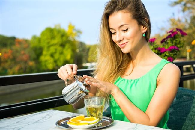 Tatilde kilo aldım dememek için soğuk yeşil çay tüketin  Tatilde bol sıvı tüketmek gerekir. Bu sıvıların başında tabi ki su geliyor. Günde 2-2.5 litreye bağlı su tüketimi kilo kontrolü için gereklidir. Tatilde yeşil çay tüketimi de hem kilo almamak hem de var olan formun korunması açısından önemlidir. Yaz sıcaklarında buzlu yeşil çay tercih edebilirsiniz. Buzlu yeşil çayınıza birkaç dilim limon ve nane, fesleğen yaprağı atarak içimi daha keyifli hale getirebilirsiniz. Asitli bir şeyler içmekten keyif alan kişilerdenseniz ayran ve sodayı karıştırarak tüketebilirsiniz.