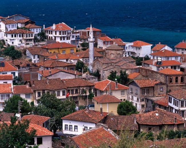 Burası Ege'ymiş Meğersem  Bursa'nın Mudanya ilçesine bağlı Tirilye, Marmara'ya kıyısı olan şirin bir sahil kasabası. Dar sokaklarında kapı önüne oturmuş örgü ören teyzeleri, rengarenk boyanmış eski taş evleri, zamanında Rum ailelerin ev sahipliği yaptığı tarihi yapılarıyla Marmara'dan çok bir Ege köyü hissi uyandırıyor insanda… Hemen hemen her sokakta bir tarihi yapı çıkıyor karşınıza. Eski bir kilise olan ve Rumların bölgeyi terk etmesinden sonra özel mülke dönüştürülen Dündar Evi ve 1924'te öksüz yurdu olarak açılan Taş Mektep hem hikayeleriyle hem de mimarileriyle en dikkat çekici olanları.