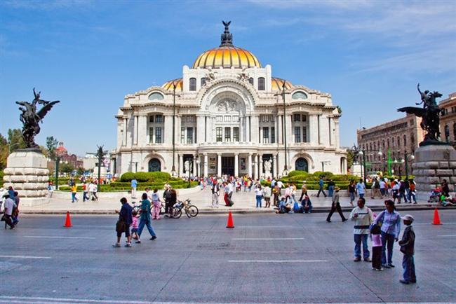 Meksika   930'da kent 200 km²'lik bir alan kaplıyordu ve nüfusu 1 milyondu. 1970'te, yüzölçümü 650 km²'ye, nüfusu 8 350 000'e ulaştı. 1982'de 800 km²'lik bir alana yayılıyor ve 15-17 milyon insanı barındırıyordu. 1990'da ise, bütün kontrol çabalarına karşın, merkezde nüfus 8 236 900 idi. Yerleşim alanındaki 13 636 127 nüfusuyla Meksiko, dünyanın en büyük ve en kirli kenti haline gelmişti. Kentteki yüksek doğum oranının yanı sıra kırsal kesimden ve başka kentlerden göç edenler nüfustaki hızlı artışta rol oynamaktadır.