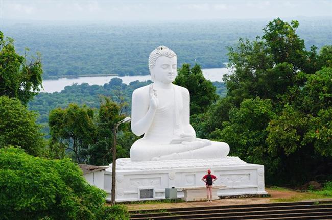 Sri Lanka   Sri Lanka'nın merkezlerinden biri olan Colombo, burada ziyaret edilecek en popüler şehirdir. Sri Jayewardenepura Kotte asıl başkenttir ve burası da ziyaret edilmelidir. Colombo'daki Buda Heykelleri ve Galle Face Green Promenade görülmeye değerdir. Sri Lanka'ya geldiğinizde sanki başka bir zaman dilimine gelmişsiniz gibi hissedeceksiniz. İnsanlar oldukça dost canlısı ve ihtiyaçlarınızı karşılamak için ellerinde geleni yapar.