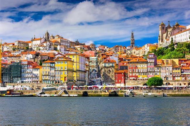Portekiz  Portekiz Akdeniz'in tadını İspanya veya İtalya'da olduğu gibi pahalıya almayacağınız bir yerdir. Burada 1 dolarınız bile çok fazla getirisi olduğunu göreceksiniz. Ulaşım da oldukça ucuzdur. Metro hattı bütün önemli şehirlere erişim sağlamaktadır. Taksiler diğer Avrupa ülkelerine nazaran çok ucuz. Algarve'de güzel bir plaj keyfi yapabilirsiniz. Portekiz'de gideceğiniz en pahalı yer olabilir ama diğer plajlara göre oldukça ucuz.