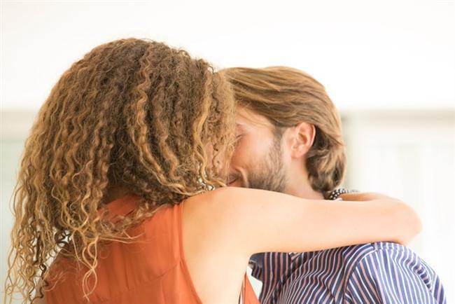 Kadın erkeğe âşık oluyor fakat erkek kendini geri çekiyorsa işler daha da karışık bir hal alabiliyor. Bu durumda ipleri eline alan taraf erkek olduğundan, kadın duygusal olarak çok yara alabiliyor ve çırpındıkça batabiliyor.   Öfkeli, kırgın ve yaralı bir hale gelebiliyor, hırsına yenik düşerek büyük hatalar yapabiliyor. İkinci bir kadının varlığı, çoğu zaman aslında kötü olan evliliklerde kurtarıcı rol oynayabiliyor. Çünkü ikinci kadının varlığını bir şekilde hisseden eşte rekabet ve kazanma duygularını harekete geçirebiliyor.