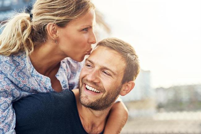 """Artık karısıyla seks yapamıyordur ve geceleri kardeş kardeş uyuyorlardır."""" Oysa işin özünde, üzerine yılların yorgunluğu ve yıpranmışlığı çöken evlilik, yasak ilişkiyle monotonluktan kurtulmaktadır. Çünkü aile düzenini ve çocukların bakımını üstlenen eş, kocayı ihmal eder olmuştur. Bu erkeğin kendini reddedilmiş ve güçsüz hissetmesine neden olabiliyor. Evli erkek yeni ve genç sevgilisi karşısında tartışmasız bir şekilde tekrar en büyük ve en güçlü oluyor."""