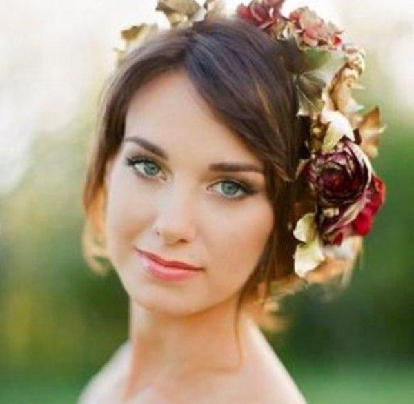 9. Gelinliğine ve düğün yerine uygun bir makyaj seç.  Elbette görkemli ve kapalı bir alanda yapılması gereken makyajla kır düğünündeki makyaj aynı olmaz. Mekanı da göze önünde bulundurarak seçilen renk paletini daha açık ya da daha koyu tonlarda belirlemelisin.