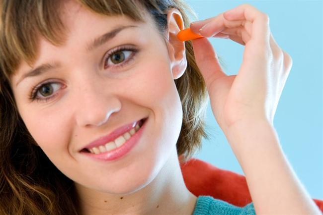 """""""Hastanın toleransı ve uyumu, kulak temizliğinin yapılabilmesinde önem taşıyor. Çünkü temizleme işlemi kısa süreli bile olsa çok ağrı yapabiliyor. Temizliğin sıklığı kanal tarafından üretilen salgı veya dökülmelerin miktarıyla uyumlu olarak değişebiliyor. Enfeksiyonun yok edilmesi için kulak temizleme işleminin yanı sıra yerel antibiyotik ve kortizonlu damlalardan da yararlanılıyor."""""""