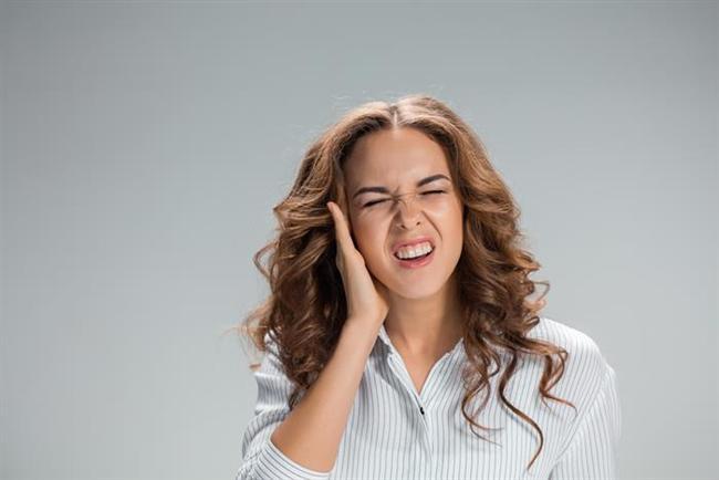 Orta faz evresi:Kaşıntı, kulak kepçesinde hassasiyet ve dışkulak yolunda ağrı şiddetini arttırıyor. Dış kulak yolu akıntıların yoğunluğunun artması ve ödeme bağlı olarak daralıyor.  Şiddetli enfeksiyon dönemi:Ağrı dayanılamayacak düzeye ulaşıyor. Dış kulak yolu ödem, kızarıklık ve irinli akıntının artmasına bağlı olarak tıkanabiliyor. Enfeksiyon yaygınlığı sıklıkla kulağın dışına da ulaşıyor. Yüksek ateş gelişebiliyor, kulak önü ve arkası ile boyundaki lenf bezeleri şişebiliyor.