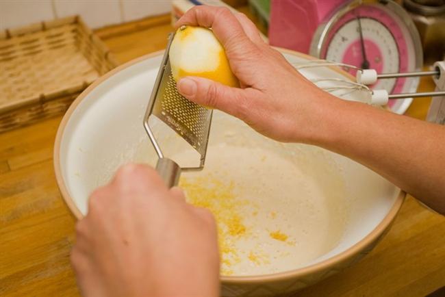 Limonlu İrmik Tatlısı  • 1 litre süt • 9 yemek kaşığı irmik • 10 yemek kaşığı şeker • 1 limon rendesi • 1/3 çay kaşığı zerdeçal (zerdeçal renk vermesi açısından gerekli, tadından şüpheniz olmasın kokusu hissedilmiyor)  Süslemek için: • Limon kabuğu rendesi