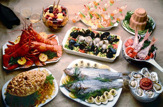 Hangi yiyecekler riskli?  Özellikle yazın riskli yiyecekler grubuna giren besinler; et ve et ürünleri, süt ve süt ürünleri, patates, salata sosları, pirinç ve çeşitli tahıl ürünleri, mayonez, deniz ürünleri ve meyvelerdir.