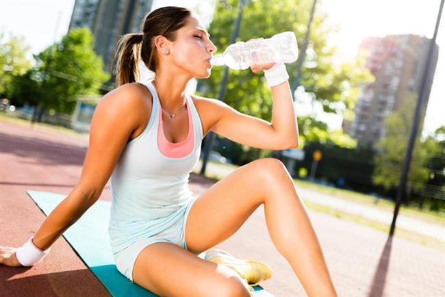 Günde 2- 3 litre olacak şekilde su içmelisiniz. Çay kahve çok abartmamak şartı ile içebilirsiniz. Ancak her bir fincan çayı ya da kahveyi içmeden önce 1 su bardağı su içmelisiniz.