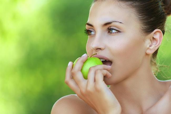 Her gün 1 adet elma + 2 adet mandalina yiyin.  Salata ve çiğ sebzelerinizi yerken üzerine mutlaka zeytinyağı ilave edin. Ayrıca taze limon suyu ve nar ekşisi ilave edebilirsiniz.  1,5- 2 saat arayla günde 8 öğün beslenin. Böylece metabolizmanızı besinlerin termik etkisinden de yararlanarak maksimum hızda çalıştırmış olursunuz.