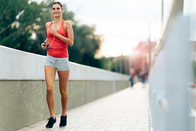 Tabana kuvvet yürüyün. Her gün, gün içerisinde istediğiniz saatte en az 30 dakika yürüyüş yapın. Kendinizi aşırı yorup hırpalamamak şartı ile, ne kadar çok yürürseniz o kadar çok incelirsiniz.  1 saatten uzun hareketsiz hep oturur vaziyette kalmayın. 2-3 dakikalık da olsa dolanın.  Yetersiz ve düzensiz uyku metabolizmanızı yavaşlatıp kilo almanızı kolaylaştırır. Buna meydan vermemek için yeterli uykuya özen gösterin.