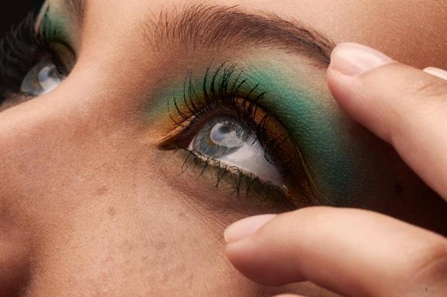 Gri-mavi gözler  Göz kapaklarında asker yeşili far kullanılabilir. Asker yeşili bu renk gözleri daha çok öne çıkarır, çok doğal durur.