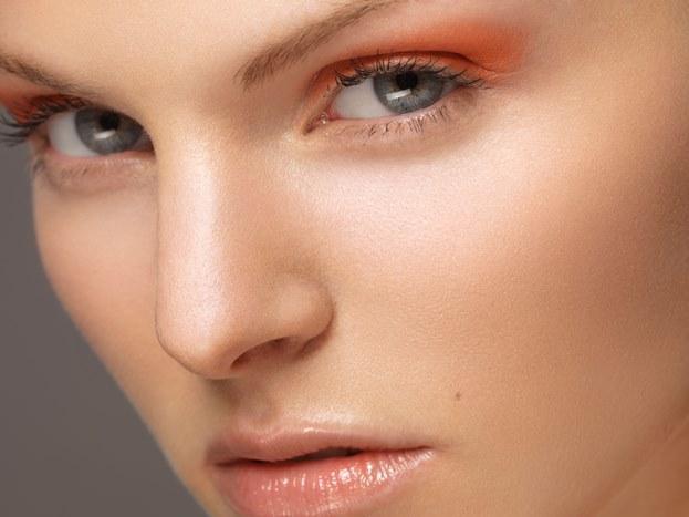"""Mavi Gözler  Gözlerinizin doğal güzelliğini ortaya çıkarmak için, çizelgede mavinin karşısında olan, yani turuncu ailesinden bir ton seçin. """"The Color Answer Book"""" kitabının yazarı Leatrice Eiseman """"Toprak renklerinden oluşan turuncular grubu, çikolata kahvesi ve bejlerin yanı sıra, mandalina rengi gibi daha canlı tonları da içerir"""" diyor. Güzel bir etki için kahverengi kalemle gözlerinizin alt ve üst kenarlarını çizerek, göz şeklini belirginleştirin. Far için mercan tonlarını tercih edin. Farı göz kapaklarınıza birkaç kat uygulayın ve derinlik vermek için, özellikle göz çizgisinde farı daha belirgin olarak sürün."""