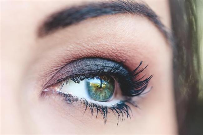 Mavi-yeşil gözler  Gece mavisi bu göz rengini daha çok vurgular. Yalnız gece mavisini transparan şeklinde kullanmayı tercih edin, yani abartıya kaçmayın, hafif sürmeye dikkat edin. Gece mavisini siyah ile karıştırarak uygulayabilirsiniz.