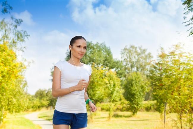 HER GÜN 30 DAKİKA YÜRÜYÜN  Düzenli olarak yapılan spor, kilo kontrolünü sağlıyor ve meme kanserinin oluşumunda önemli bir risk faktörü olan kadınlık hormonu östrojenin düzeyini dengeliyor. Ayrıca bağışıklık sistemini de güçlendiriyor. Yapılan çalışmalar, günde 30 dakika veya haftada 3 kez, birer saat yürüyüş yapan kadınların meme kanserine yakalanma risklerinin yüzde 40-50 oranında azaldığını gösteriyor.