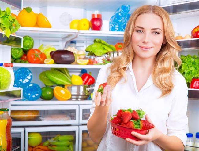 YEŞİL KOYU SEBZE VE KIRMIZI MEYVELERİ BAŞTACI EDİN  Bu tür sebze ve meyveler antioksidan özellikleri nedeniyle vücutta birtakım zararlı etkilere neden olan atıkları temizliyor. Bunun sonucunda da vücudumuzun bağışıklık sistemini güçlendiriyor.