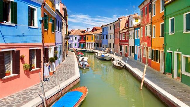 Aslan (23 Temmuz- 22 Ağustos)    Seçiminiz: Tatilsever Aslanlar'ın en hoşlandıkları şeyler arasında şarap içmek ve gün ışığında oyunlar oynamak gelir. Tabii bir de lüks bir otel.    Gidebileceğiniz yer: 'Dolce vita' tabiri üzerine biraz kafa yorarsanız, İtalya'nın neden bir Aslan ülkesi olduğunu anlayacaksınız. Yemekleri, tutkusu ve iklimiyle İtalya sizi her sene kendisine çekecek.    Haftasonu kaçamağı: Rodos, sıcak halkı ve kendine has yemekleriyle haftanın bütün yorgunluğunu üzerinizden alacak.    Gidilmemesi gereken yer: Moskova, soğuk iklimi ve insanlarıyla size itici gelebilir.