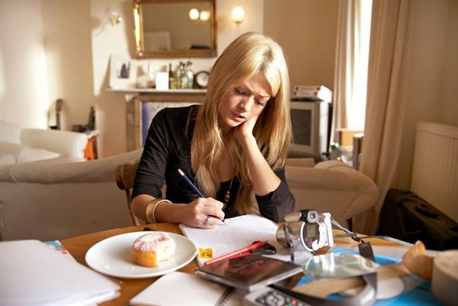 İlk önce en zor işi halledin  Sizi en çok endişelendiren işi günün sonuna mı saklıyorsunuz? O zaman işe tam tersini yapmakla başlayın. Tüm gün işin sıkıntısını dert edineceğinize, bitirip geride bırakmanın rahatlığını yaşayın. Verimliliğinizin sıçradığına şahit olacaksınız!
