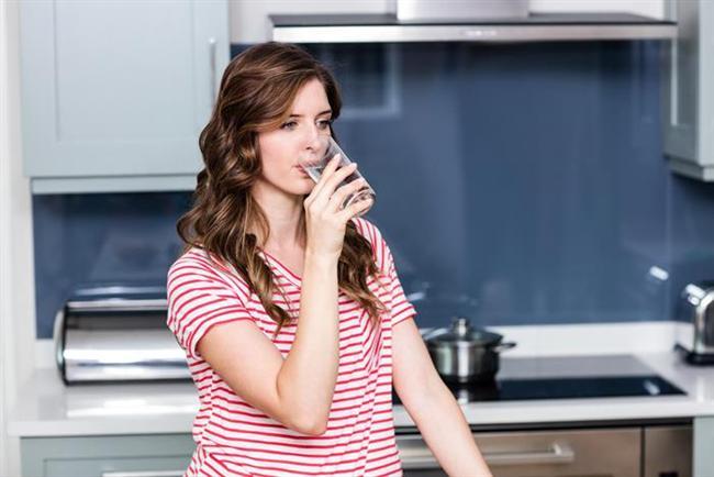 Kendinizi sulayın   Su yaşam kaynağımız. Oysa evdeki bitkileri sulamayı unutmuyor, ama kendinizi sulamayı unutuyoruz. Sabah 10'a kadar en az 3 bardak su için. İçine limon suyu damlatırsanız çok daha iyi. Lenfatik ve sindirim sisteminiz kendine gelecek, cildiniz ışıldayacak. Emin olun her şey çok daha güzel olacak.