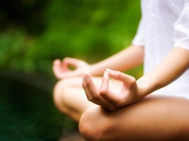 """Meditasyon yapın  Günde 20 dakika meditasyonun yaşlanmayı yavaşlattığı, konsantrasyonu arttırdığı, bağışıklığı güçlendirdiği, mutluluk hissini beraberinde getirdiği bilimsel olarak kanıtlandı. Pek çok insan """"Ama ben meditasyon yapmayı bilmiyorum"""" diyerek bu işe hiç girişmiyor. Sakin bir yer bulun, rahat bir oturma pozisyonu alın, gözlerinizi kapatın ve nefes alıp verişlerinize odaklanın. Gerisi kendiliğinden gelecek. İşte bu kadar basit."""