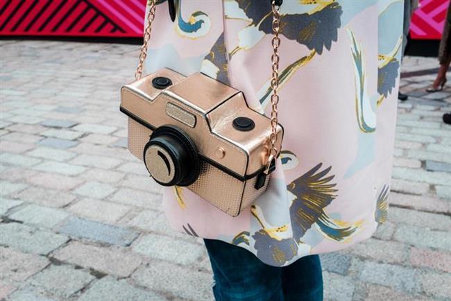 Mini Çantalar  Çoğu tasarımcının koleksiyonunda yer verdiği mini çantalar, podyumlarda olduğu kadar sokak modasında da ilgi görüyor. Cüzdan büyüklüğünde olan bu çantaların içine en fazla telefon, anahtarlık, kredi kartı sığdırılabiliyor. Mini çantaları hayvan figürleri veya süt kutusu gibi değişik tasarımlarda da görmek mümkün.