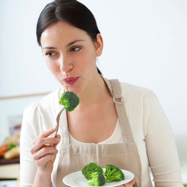 3. GÜN  Sabah: Ballı yulaf lapası.  Öğle: Bu kez sebzeleri az yağda hafif kızartarak bir yemek hazırlayın. Yanında biraz yoğurt yiyebilirsiniz.  Akşam: Haşlanmış sebze ve fırında yağsız pişmiş patates. Bol miktarda istediğiniz meyveden yiyebilirsiniz.