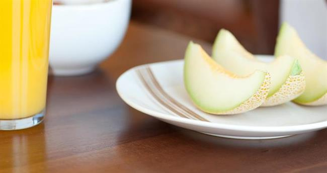 5. GÜN  Sabah: Büyük bir kase dilimlenmiş kavun ve üzerine pekmez.  Öğle: Haşlanmış mısır salatası ve yanında çorba.  Akşam: Yanında yoğurtlu dolma yiyebilirsiniz.
