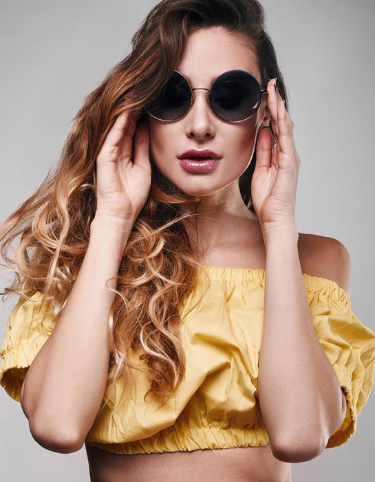 Yazın en sık kullandığımız aksesuarların başında güneş gözlükleri geliyor. Daha güneş gözlüğü almadıysanız veya yeni model bir gözlük daha satın almayı düşünüyorsanız galerimizdeki gözlük modellerine bir göz gezdirin deriz:)  İşte 2016'nın en şık gözlük modelleri...