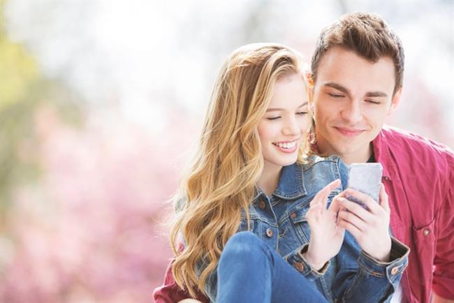 Aşk dolu mesajlar yollayın  Bütün gün boyunca onu düşünmüş olabilirsiniz. Bu düşüncelerinizi kendinize saklamak yerine onu ne kadar istediğinizi ya da özlediğinizi yazan mesajlar yollayın.