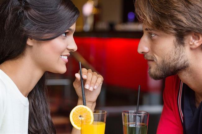 Gözlerinin içine bakın  Ama tabii dik dik de bakmayın! Araştırmalar, yalnızken veya kalabalık bir ortamda birbirinin gözlerinin içine bakan çiftlerin, hiç güz teması kurmayan çiftlere oranla birbirlerine yüzde 75 daha fazla aşık olduğunu gösteriyor. Bu, sevgilinizle yakınlaşmanın en kestirme yoludur.
