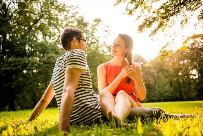 Birkaç hikaye anlatın  Birbirinize çocukluk anılarınızı anlatmanız yakınlaşmanızı sağlar. Anılarınız birbirinden tamamen farklı olabilir ama bu zıtlıkların aranızdaki samimiyeti artıracağından emin olabilirsiniz.