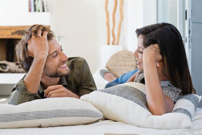 Onu dinleyin  Erkek arkadaşınıza gününün nasıl geçtiğini sorun ve cevabını gerçekten dinleyin. Konuşmak istemediği durumlar da olabilir. O zamanda, ne hissettiğini keşfetmeye çalışın. İşe yaradığını göreceksiniz.