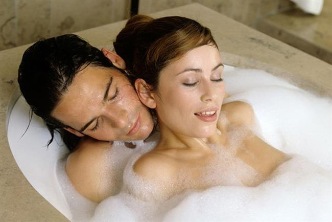 8- Bir köpük banyosunda uzanmak  Neden işe yarar?: Köpük banyosu, rahatlamanın en kolay yolu. Genelde zihnimizdeki yapılacaklar listesi ile uğraştığımız için kendi fiziki uyanışımızın işaretlerini kaçırıyoruz ama ılık su, kanın cilt yüzeyinin altındaki sinir uçlarına gidişini hızlandırıyor ve bu da uyarılmayı kolaylaştırıyor.