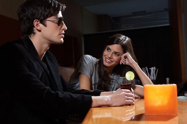 5- Hiç tanımadığınız bir adamla göz göze gelmek  Neden işe yarar?: İlk kez göz göze gelindiğinde, bu son derece etkileyici olabiliyor. Heyecanlanıyorsunuz çünkü göz göze gelmek kafalarda bir anda cinsel bir soru işaretini de çağrıştırıyor.