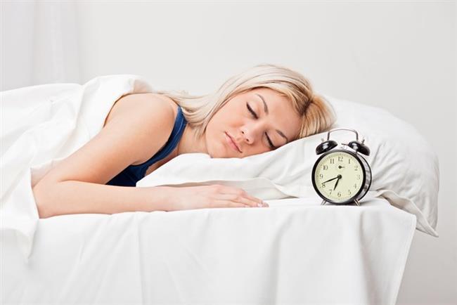 Stanford Üniversitesi' nde yapılan bir araştırmada uyku süresi kısıtlanan grubun iştah değişikllerine bağlı olarak yüksek karbonhidratlı, enerji içeriği yüksek besinleri %45 daha fazla tüketme isteği duydukları belirlenmiştir. Bazı araştırmalarda, sadece uyku kalitesinin de ''kilo'' ile ilgili olduğunu vurgulamaktadır.