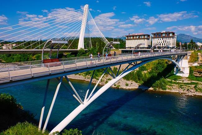 Podgorica   Yeni ülkelerden olan Karadağ'ın en büyük şehri Podgorica, el değmemiş bir coğrafya, Adriyatik'in keşfedilmemiş yüzü olarak karşınıza çıkıyor. Güzel plajlarla gizli koyların ve denizin tadını çıkarmayı sevenlerdenseniz; Podgorica, İstanbul'a sadece 1 saat 35 dakikalık bir uçak yolculuğu uzaklığında.